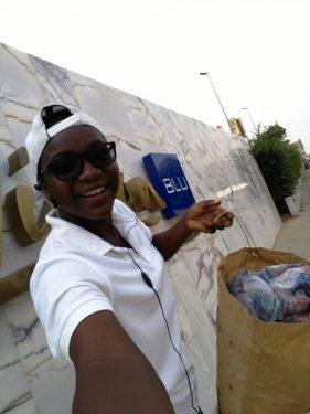 Une Ecojoggeuse posant devant le grand hôtel du Togol